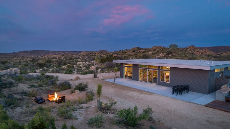 Trails End Modern - Modern Architecture With Hot Tub Amongst the Boulders, vacation rental in Pioneertown