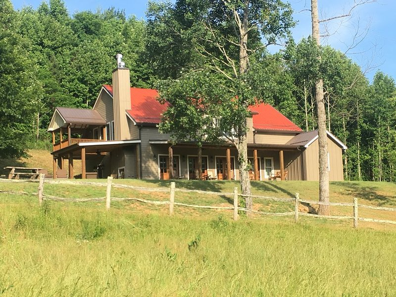 Mountain Farmhouse, convenient location & family farm, holiday rental in Pisgah Forest