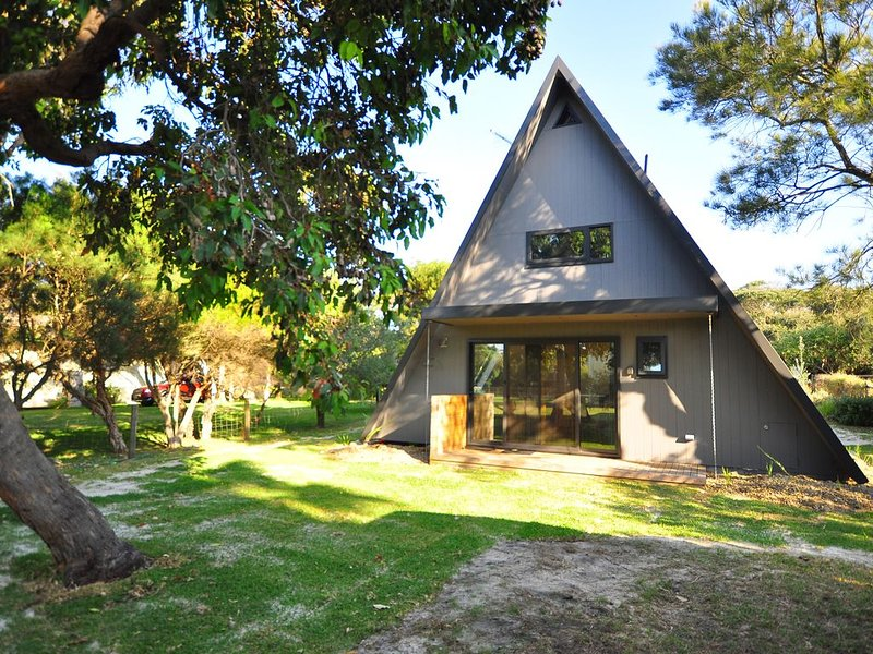 Renovated classic A-Frame in the quiet end of Cape Woolamai, vacation rental in Cape Woolamai