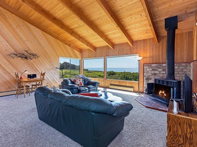 Private oceanfront, fireplace & hot tub, close to beach, Kaye Home (no wifi) – semesterbostad i The Sea Ranch