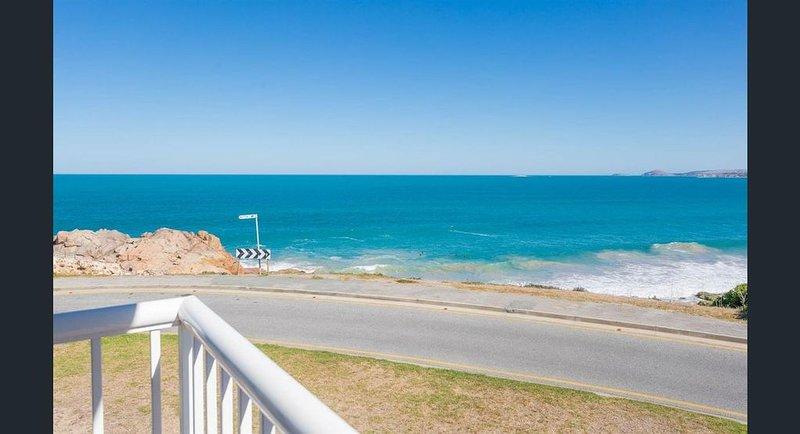 South Seas 2 Port Elliot Beachfront with views of Knights Beach, holiday rental in Hayborough