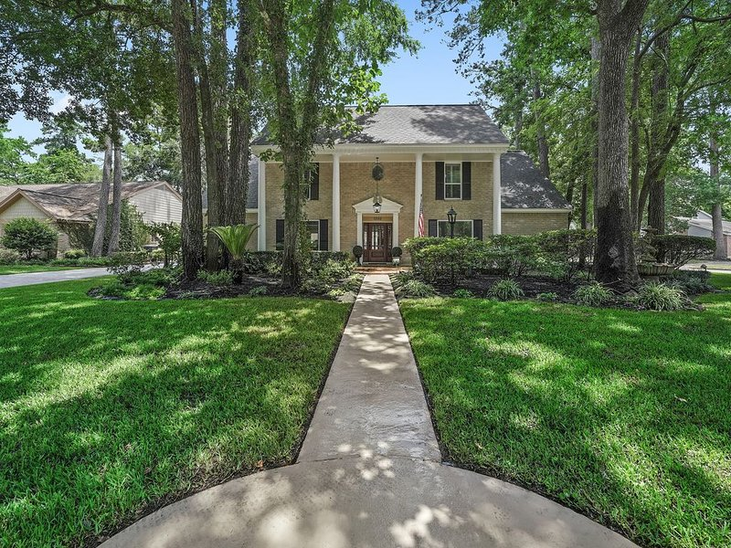 Elegant, 5 Bedroom Colonial Home with a Pool, alquiler vacacional en New Caney