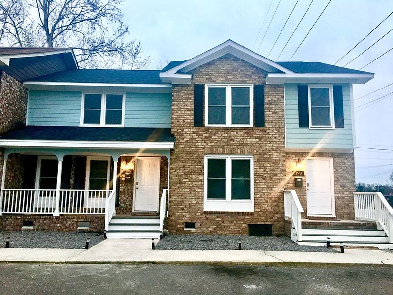 Entire Modern Townhouse. 3B & 1 - 1/2 baths. 10 Min to Airport. Free parking., vacation rental in Drayton