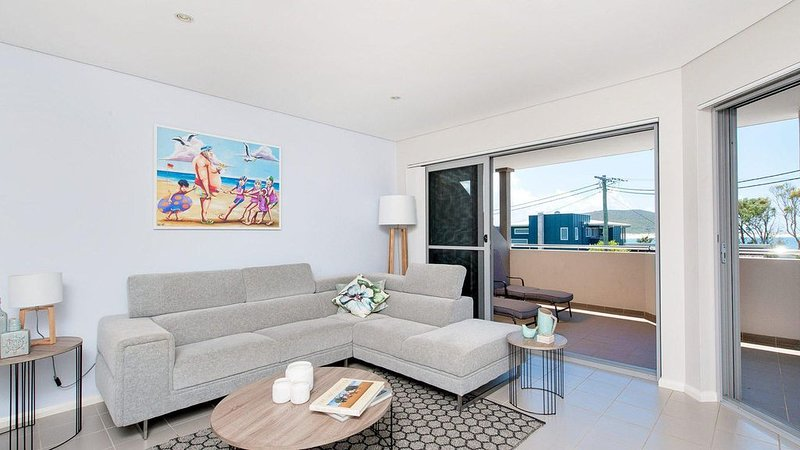Luxury 4 bedroom apartment with roof top pool and ocean view 70 metres from the, vacation rental in Fingal Bay