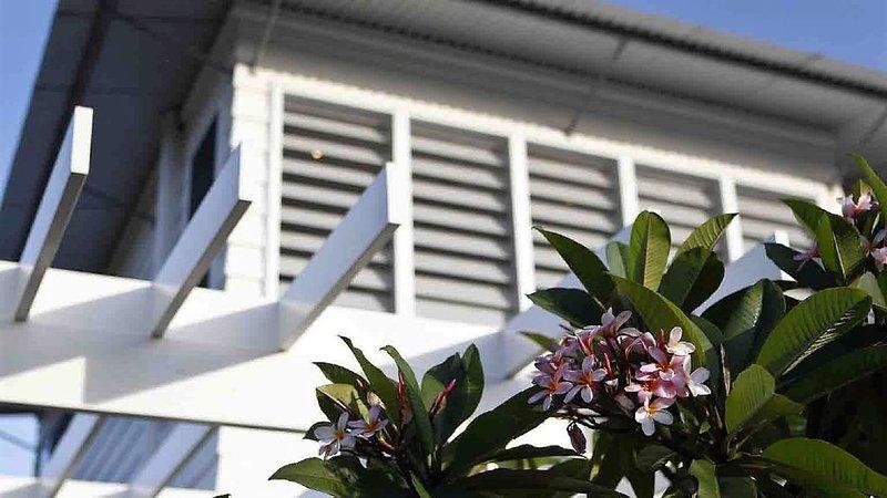 SERENITY BEACH RETREAT - Hamptons Beach HavenCasuarina - sleeps 14 -7 bedrooms, holiday rental in Duranbah