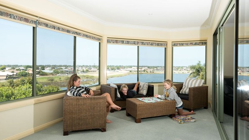 Great for families and large groups. Walk to town. Big house with heaps of room., vacation rental in Nungurner