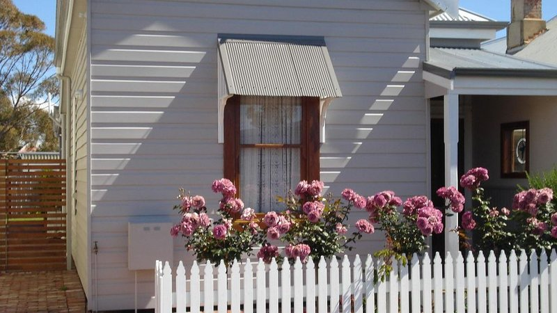BLUEBIRD COTTAGE, Perfectly Located, Heritage Award-Winning Property, location de vacances à Binningup