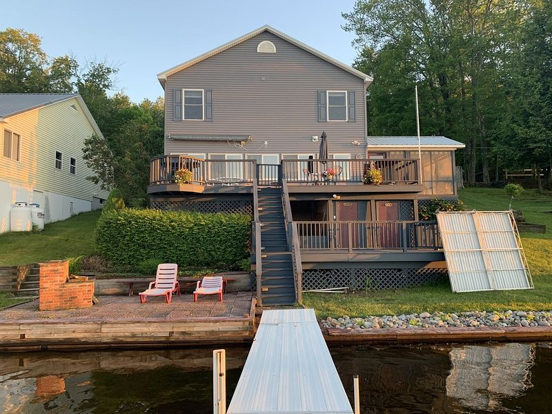 Panther Lake Waterfront Year-round home. Dock and deck, on water. Rent our boat!, alquiler de vacaciones en Cleveland