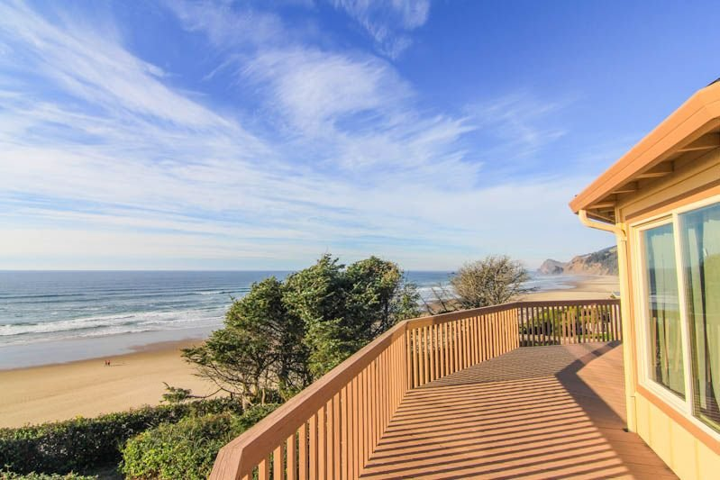Roads End Oceanfront Home w/Hot Tub, holiday rental in Neotsu