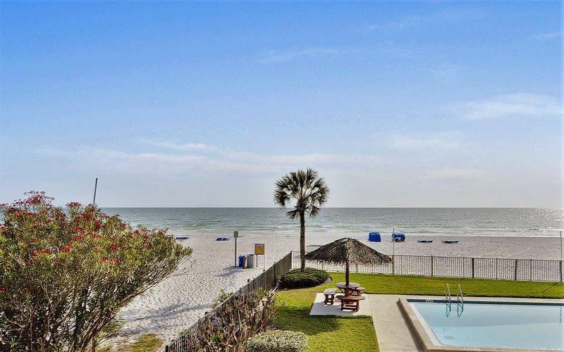 Emerald Isle 101 Beautiful UPDATES!/Direct Beachfront/SUNSETS each night!!, vacation rental in North Redington Beach