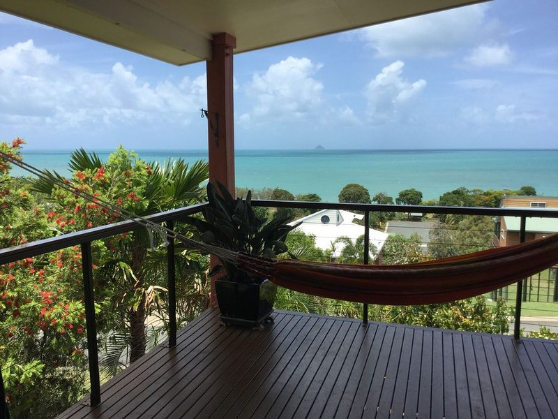 Lorikeet Lodge-Private Tropical Hideaway-Panoramic views-Pool and mtrs to beach, holiday rental in Bowen