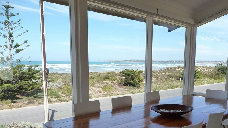 Surfers Parade - Outstanding Panoramic Surf and Coastal Views - 'Willows', holiday rental in Middleton