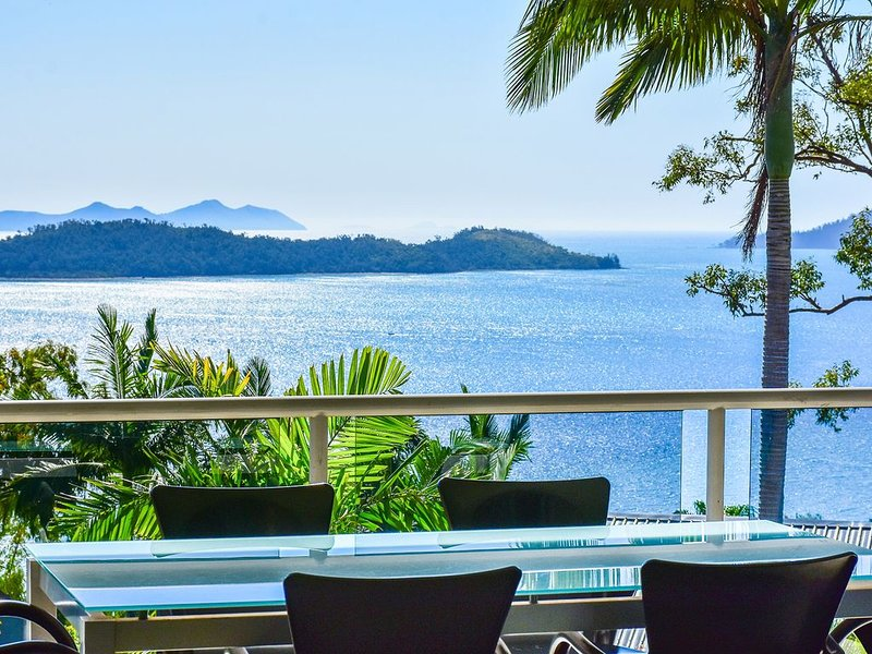 Penthouse style apartment Blue Water Views 10, alquiler vacacional en Shute Harbour