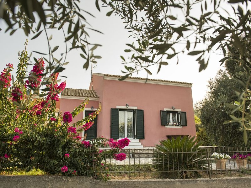 A lovely villa ideally located near the old Corfu Town & cosmopolitan beaches, location de vacances à Ano Garouna