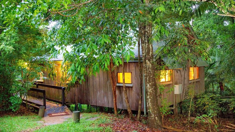 Private timber Cottage in the rainforest, alquiler vacacional en Mount Glorious