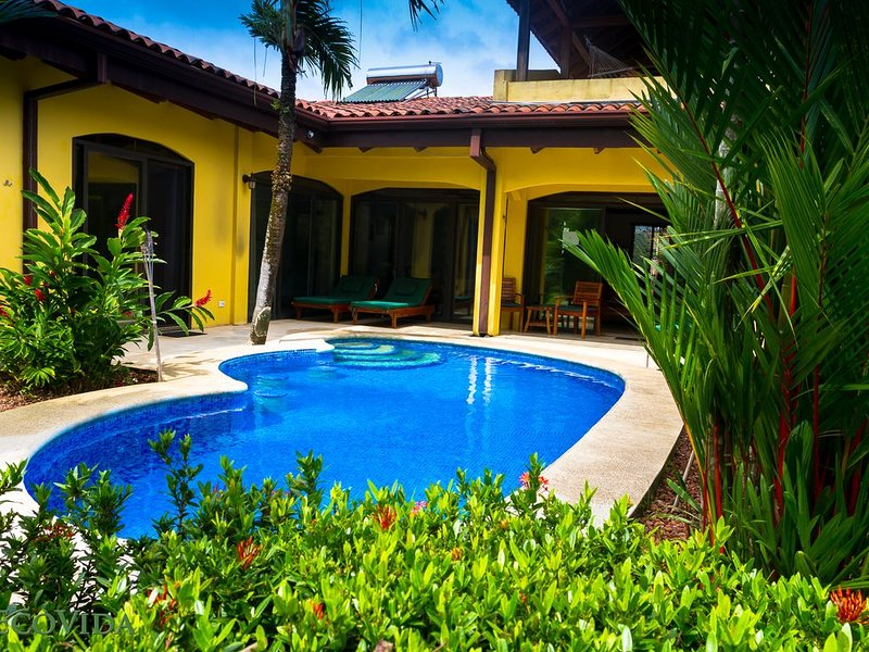 EcoVida Casa Famosa with Private Pool! Short Walk to the Beach!, alquiler de vacaciones en Playa Bejuco