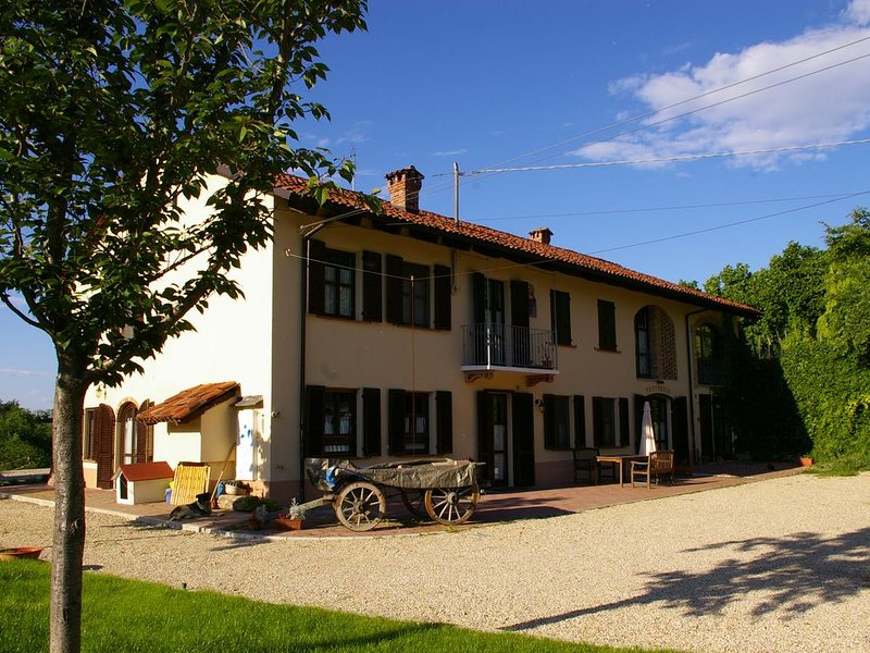 Welcome to the stunning landscape of Asti, in the heart of Piedmont., alquiler vacacional en Cantarana