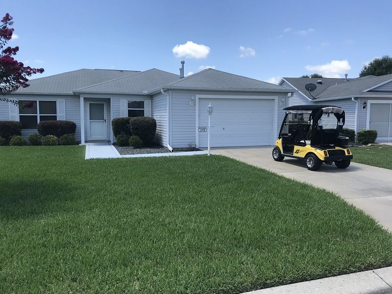 Ranch home 2/2 plus den, enclosed porch, golf cart and WiFi., casa vacanza a Belleview