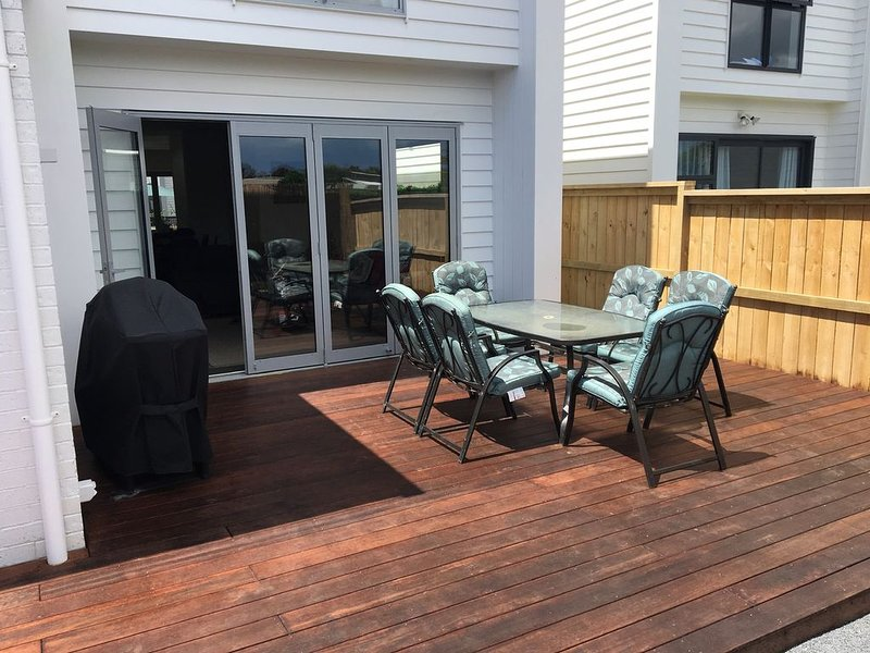 Easy airport stopover or Auckland stay, holiday rental in Manukau
