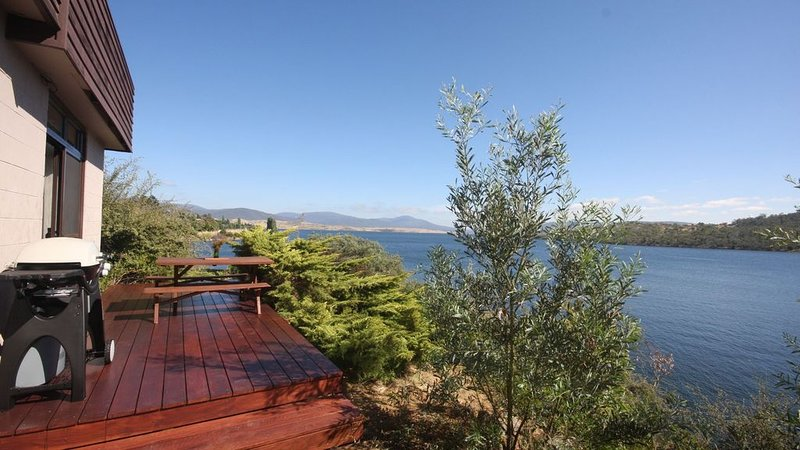 Absolute lakefront, stunning position right in Jindabyne, holiday rental in Jindabyne