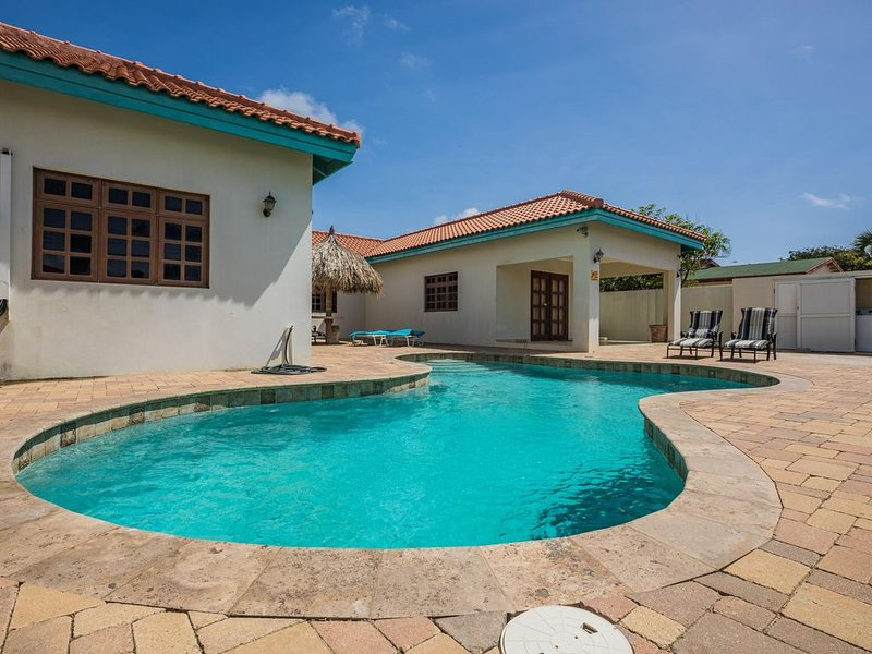 Beautiful home with a pool! See our new rates today!, location de vacances à Noord