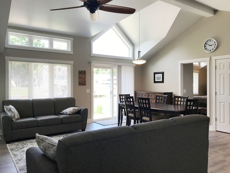 Luxury Gun Lake 4 Bed 2 Bath Home W/paddleboards/kayaks, Free Wi-fi, alquiler de vacaciones en Allegan County