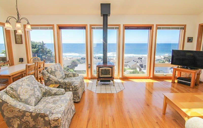 Top of-the-World Views in this Beautiful Roads End Retreat!, vacation rental in Otis