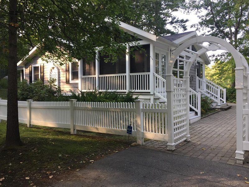 Light, airy, comfy, casual, wooded, lakefront home with private sandy beach, location de vacances à Barrington