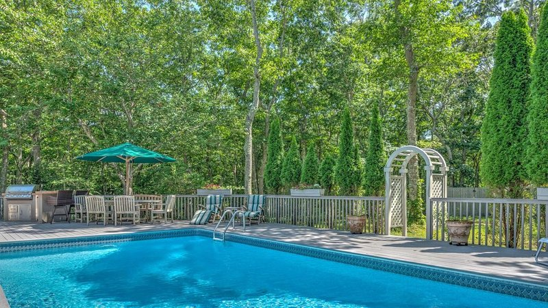 New Listing: Gorgeous Garden Home with secluded and heated pool, quiet getaway, alquiler vacacional en Amagansett