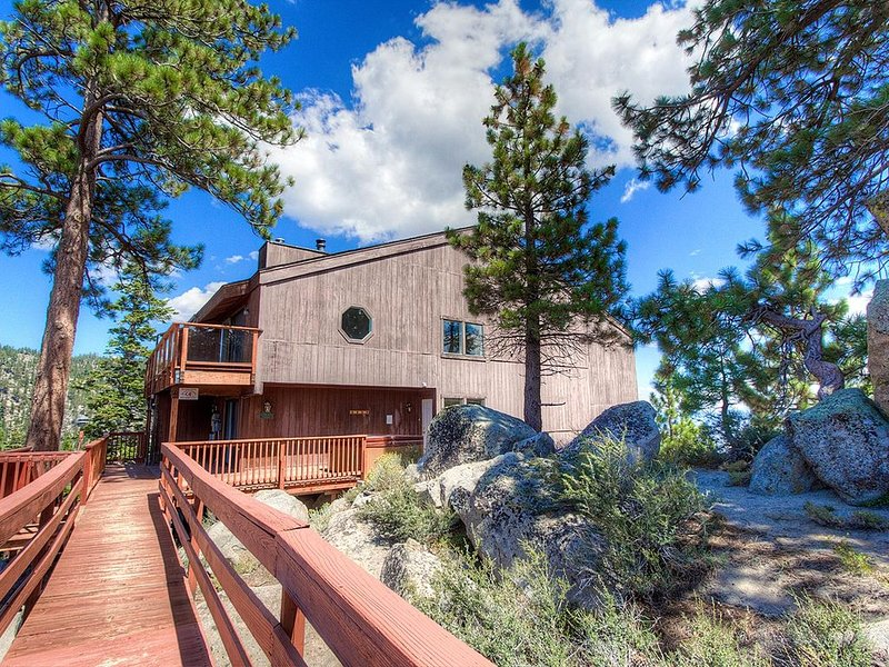 Lake Views, Pet Friendly w/Hot Tub, BBQ, Fireplace, Decks, 5 levels (HNC0693), holiday rental in Stateline