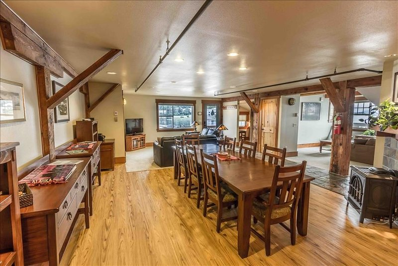 Spacious 2 Bedroom Loft that sleeps up to 10 in Sitka's active fishing district, location de vacances à Sitka