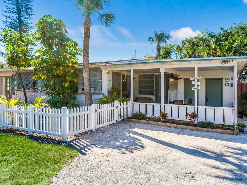 Location. 3 bedroom cottage block from beach and two blocks from Siesta Village, holiday rental in Siesta Key