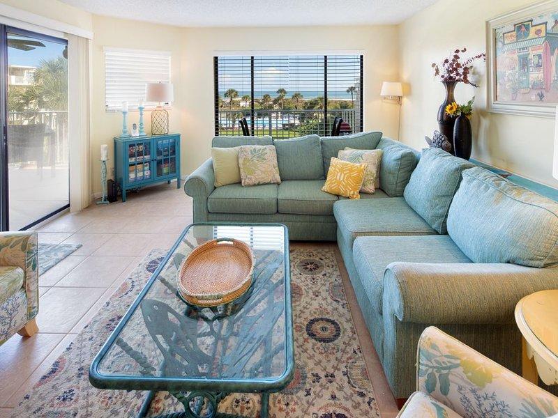 Vardagsrum - Rymligt vardagsrum med öppen planlösning och kopplad balkong med direkt utsikt över havet.