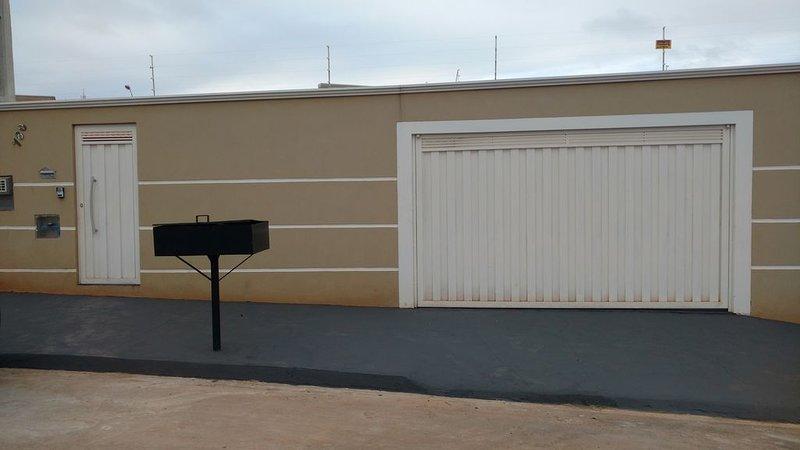 Casa Bassini, piscina aquecimento solar, wi-fi,bilhar, amplo espaço., holiday rental in Olimpia