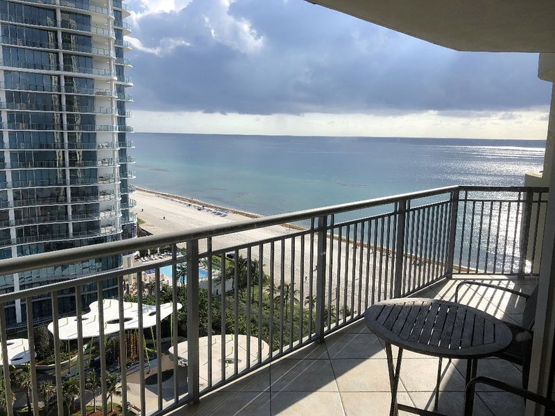 Ocean Front in Aventura direct to the Ocean, Sleeps 4 Adults,Parking Free, casa vacanza a Sunny Isles Beach