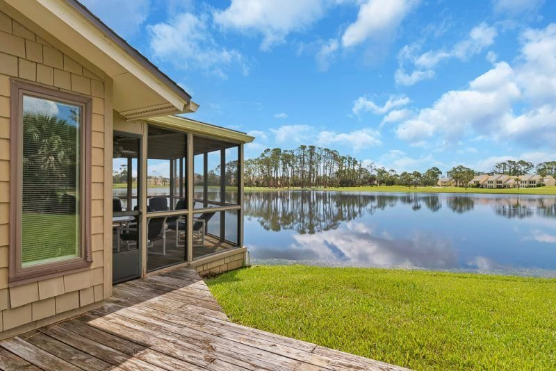 Relax and enjoy the remarkable lakefront views from this spacious Fishermans Cov, alquiler vacacional en Ponte Vedra Beach