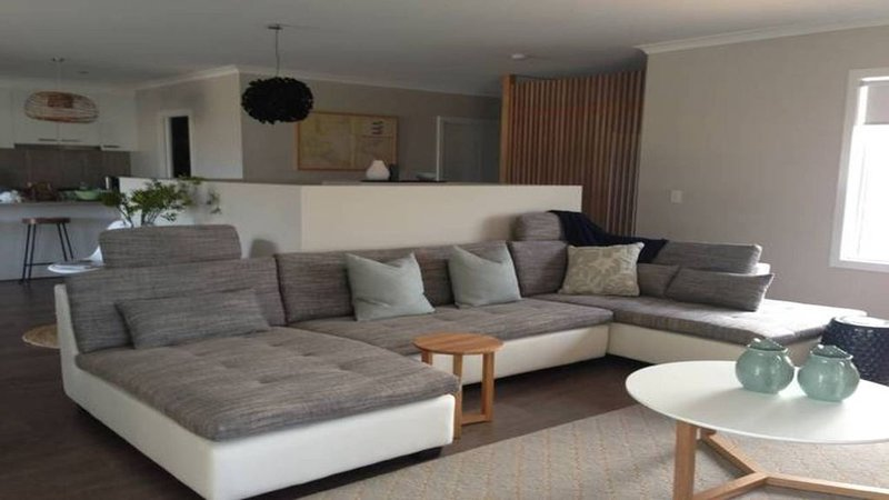 Byron*Portarlington Vic -90 steps to the beach & bottle of local wine on arrival, vacation rental in Indented Head