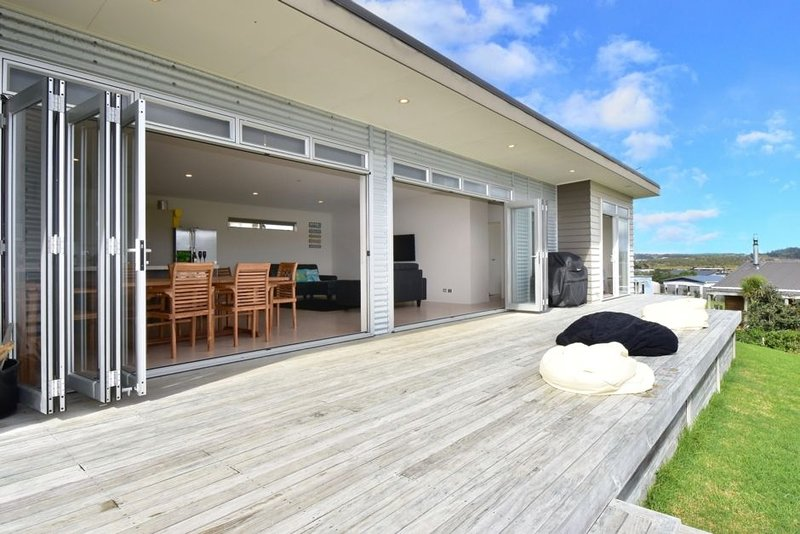 Modern family suntrap with views of Brynderwyns, holiday rental in Kaiwaka