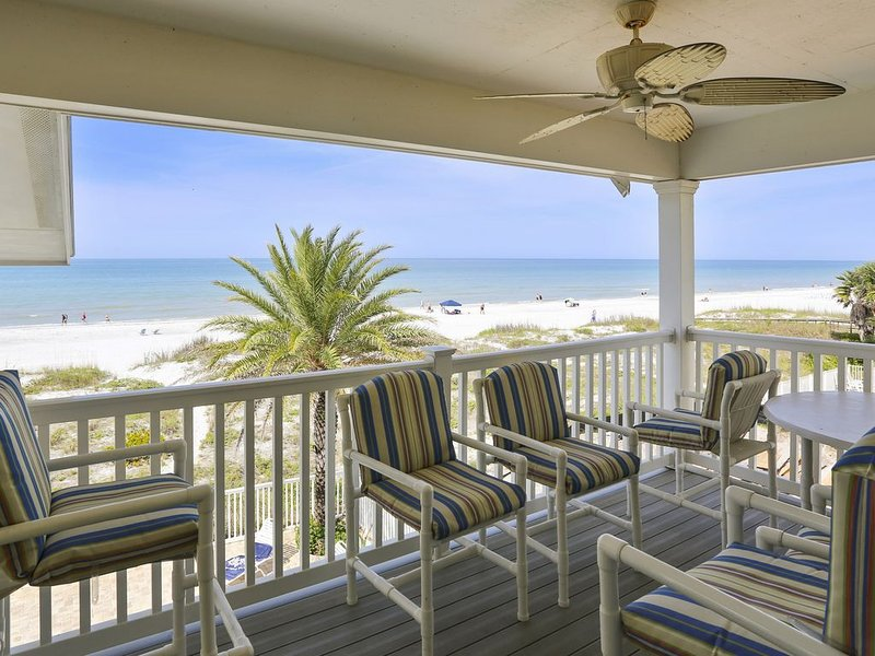 Sunset Villas 4 Stunning Sunset views/Pool/deck/BBQ-this has it all!, holiday rental in Redington Shores