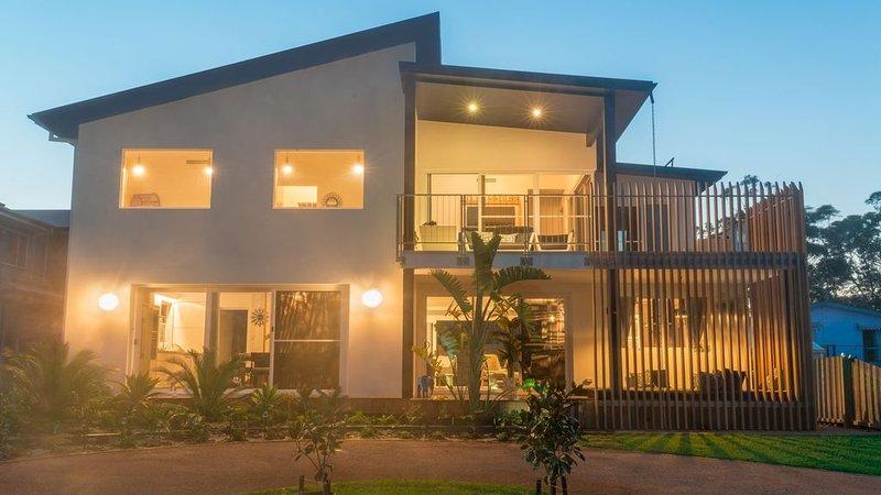 Villa Medusa Luxury Beach House & Resort Pool 150m to Beach, holiday rental in Narrawallee