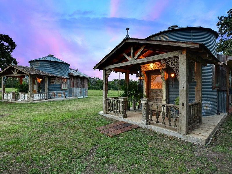 LAUGHING HEN SILOS - ZHEN HOUSE ,Cottage #1, location de vacances à Schulenburg