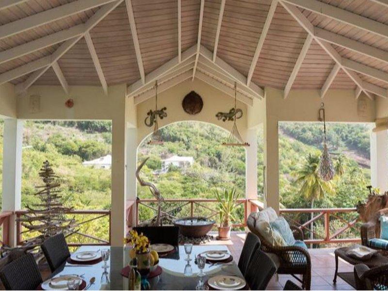 Grand balcon et coins salons confortables