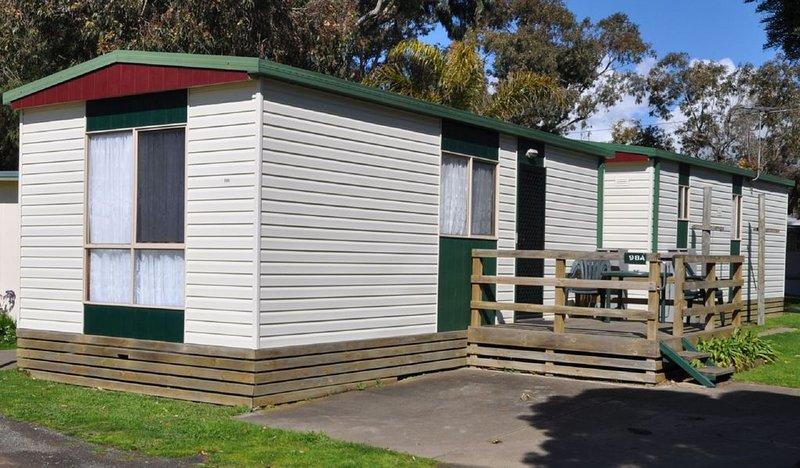 Dylene Caravan Park - Family Cabin - No AirCon BYO Linen, vacation rental in Werribee