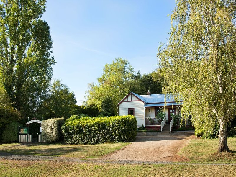 Little Wombat - Elegant Garden Cottage, holiday rental in Bullarto