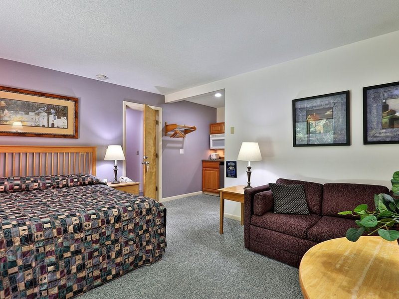 107 Deluxe Studio Queen, w/ Sleeper sofa w/ outdoor heated pool, holiday rental in Sherburne