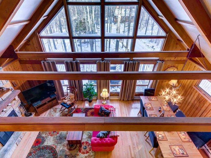 Cozy Chalet w Pool Table/Ping Pong/Hot Tub, vacation rental in Pocono Lake