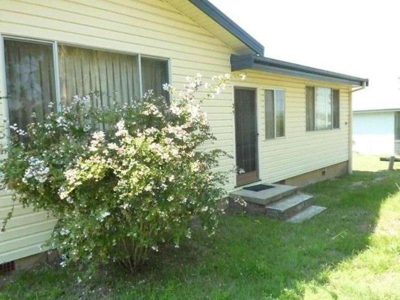 29 Mackay Street - Sleeps 11, holiday rental in Cooma