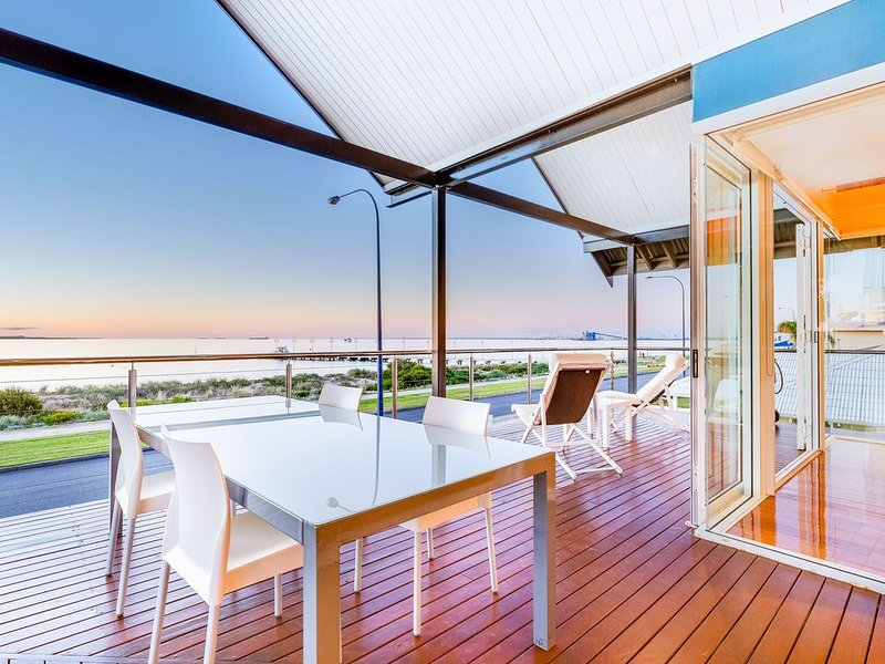 BLUEHAVEN - ABSOLUTE BEACHFRONT HOLIDAY HOME, vacation rental in Rockingham