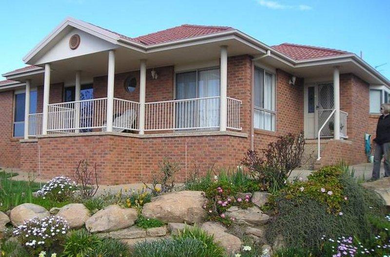 Brae View Villa 1, 2 Bedrooms, sleeps 5,, casa vacanza a Wagga Wagga