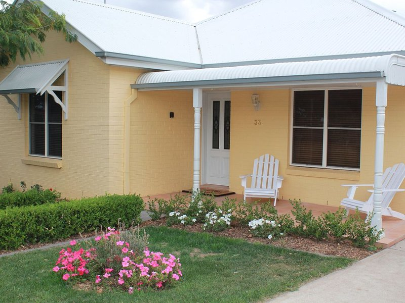 The Yellow House, a comfortable home, vacation rental in Carcoar